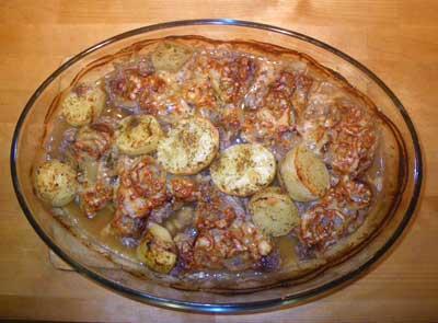 говядина под луком и сыром в духовке с картофелем