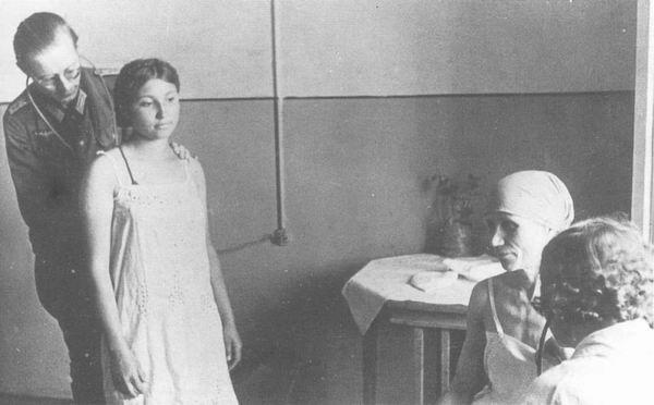 meditsinskiy-osmotr-devushek